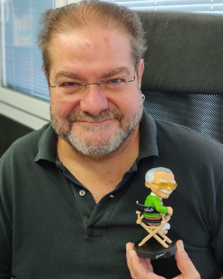 Foto de Quico Rovira-Beleta con un muñeco de Stan Lee